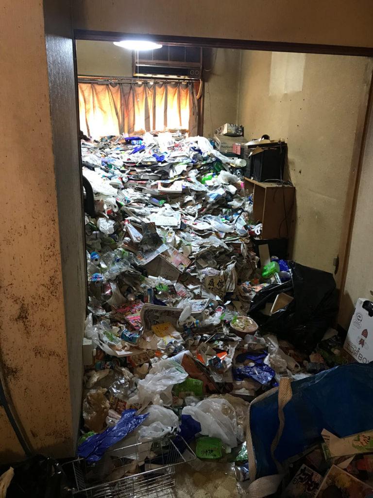 """""""ゴミだらけの部屋""""の様子"""