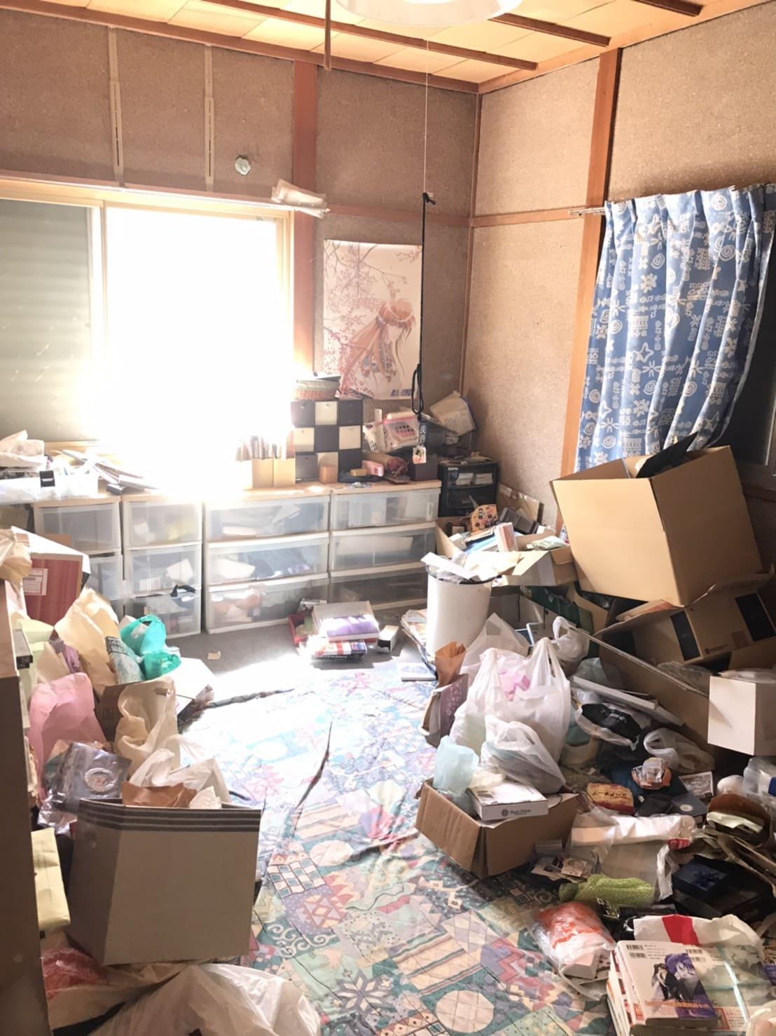 物がたまっている部屋の写真