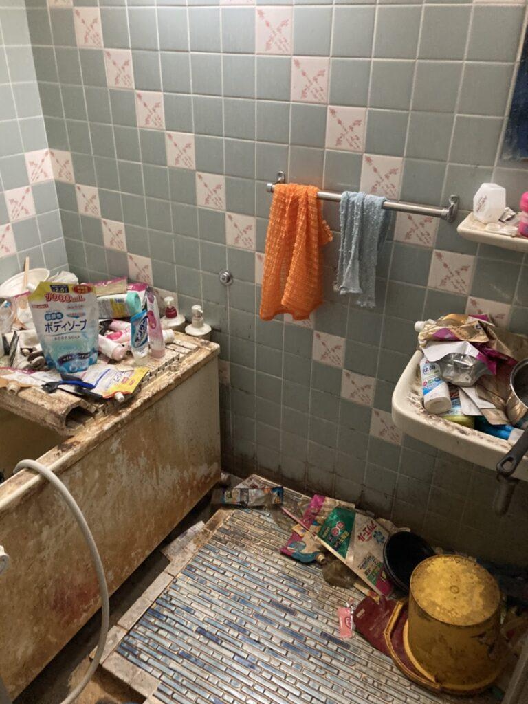 ゴミが散乱しているバスルームの様子