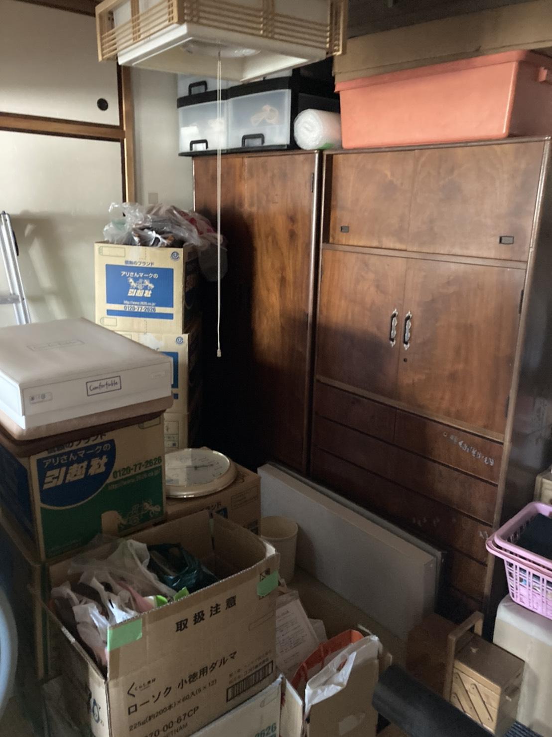 不用品がたまっている部屋の写真